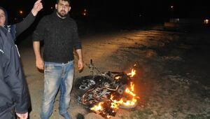 Borcunu ödemeyen arkadaşının çalıntı motosikletini yaktı