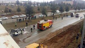 Viyadükte kamyonet çarptı, düştüğü yolda otomobil ezdi