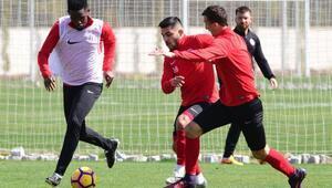 Antalyasporda Etoonun 36ncı yaş günü antrenman sahasında kutladı