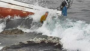 Teknesini kurtarmak için dalgalarla boğuştu