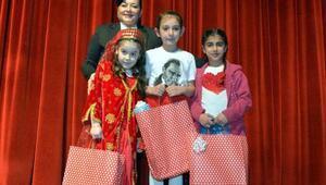İstiklal Marşını güzel okuyan öğrencilere ödül