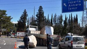 TIRdaki 15 tonluk mermer blok yola düştü