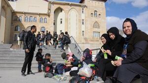 Hakkari Valiliği önünde bekleyen 50 Afganistanlı emniyete götürüldü