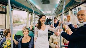 Kendi düğününe belediye otobüsüyle gitti