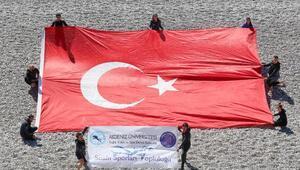 Öğrenciler denizde bayrak açtı