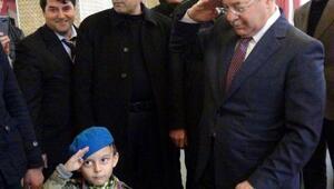 Bakan Akdağ, 5 yaşındaki şehit yeğeni ile asker selamı verdi