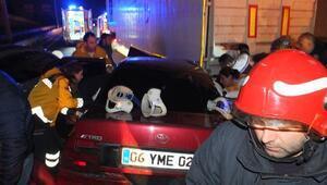 Kocaelinde otomobil TIRın altına girdi: 4 yaralı