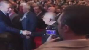 Cumhurbaşkanı Erdoğan Aziz Yıldırım ile tokalaştı