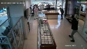 Kuyumcu soygununda ayakları alçılı zanlıyı polis taşıdı