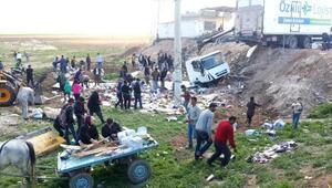 Suruçta devrilen TIRdaki yiyecekler yağmalandı