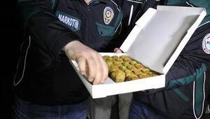 TIR şoförünün yatağından çıktı, polis baklava ile kutladı