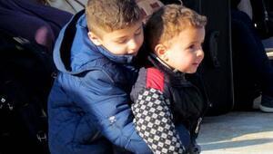 Çeşme açıklarındaki lastik botta 46 Suriyeli yakalandı