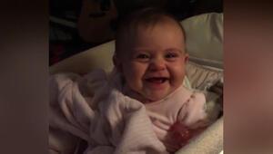 Kamerayı görünce ağlamayı bırakan sevimli bebek
