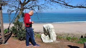 Denizden tahtta oturan erkek heykeli çıktı