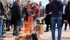 Üniversiteliler ateş yakıp, demir döverek nevruzu kutladı
