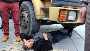 Fidan dağıtımında yumruklanınca kamyonun önüne yattı