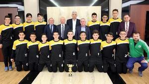 Şampiyon futbolcular, Çolakbayrakdarı ziyaret etti