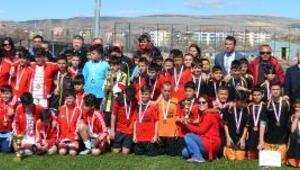 Küçük erkekler futbolda Atatürk Ortaokulu şampiyon