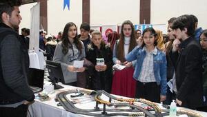 Türk öğrenciler düşünce gücü ile giden araba oyunu yaptı