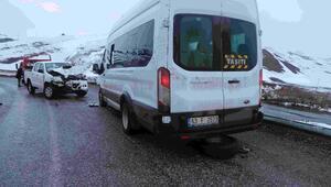 Vartoda pikap minibüsle çarpıştı: 17 yaralı