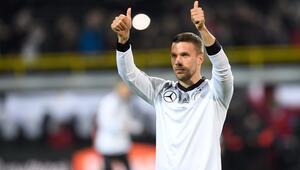 Poldi sert vurur ve yine Almanya kazanır