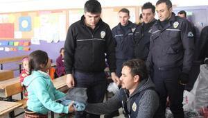 Başkalede polisten öğrencilere kırtasiye ve giyim yardımı