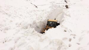 Şemdinlide askeri üs bölgelerinin yolları kardan güçlükle açıldı