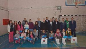 Çatak Belediyesinden öğrencilere spor malzemesi