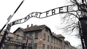 Çıplak eylemciler Polonyadaki Auschwitz toplama kampında koyun öldürdü