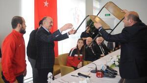 Bakan Müezzinoğlu, sandalyeye çıkarak gençlere seslendi