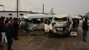 Adanada 2 minibüs çarpıştı: 1 ölü, 18 yaralı