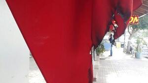 İşyerinin önündeki Türk bayrakları yakıldı