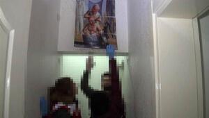 Polis duvardaki tabloyu kaldırınca...