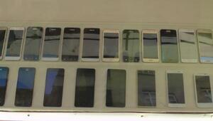 Nizipte kaçak 22 cep telefonu ele geçti