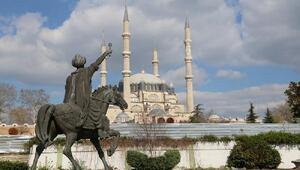 Edirnede Fatih Sultan'ın heykeli ve şahi topları geçici yerine taşındı
