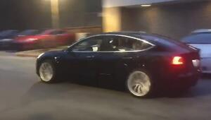 Elon Musk Tesla Model 3ü böyle sürdü