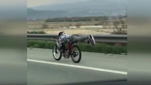 Motosikletle tehlikeli yolculuk kamerada