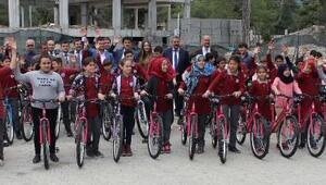Kemerde öğrencilere bisiklet