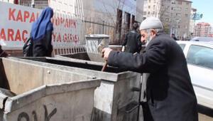 Bastonuyla çöpten yiyecek arayan yaşlı adam yürek burktu
