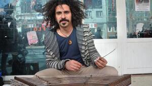 İrandan kaçtı, Türkiyede sokak müzisyenliği yapıyor