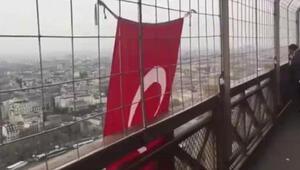 Eyfel Kulesine Türk bayrağı astı