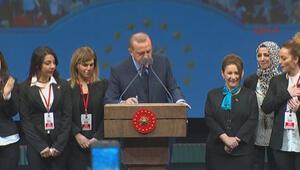 Cumhurbaşkanı Erdoğan kararnameyi kürsüde imzaladı