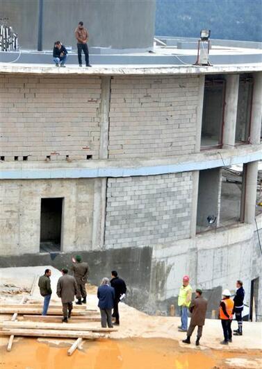 Paralarını alamayan işçiler 5 katlı binanın tepesine çıktı