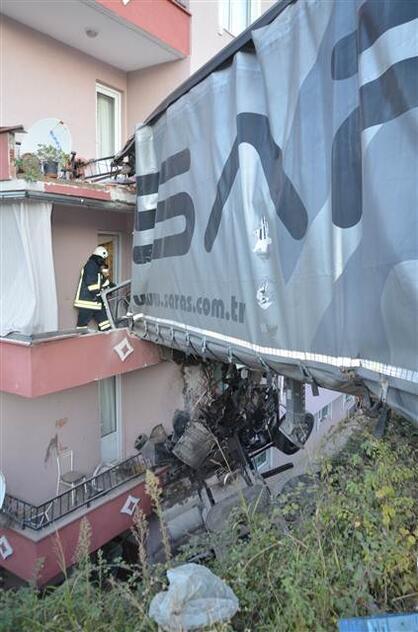 Kocaelide TIR apartman dairesine girdi: 1 ölü