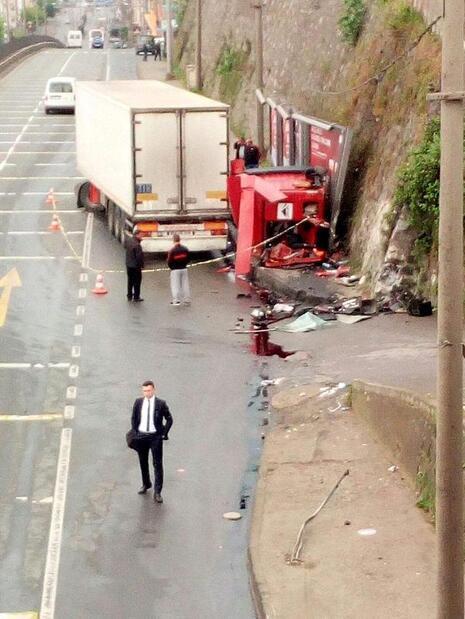 Trabzonda dehşete düşüren kaza TIR paramparça oldu...