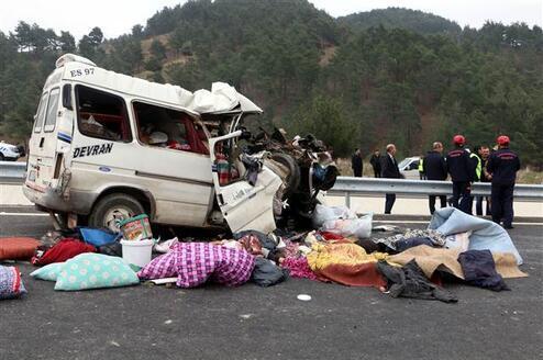 Minibüs kamyonun altına girdi... Aynı aileden 9 kişi hayatını kaybetti