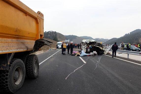 Minibüs kamyonun altına girdi: Çok sayıda ölü ve yaralı var