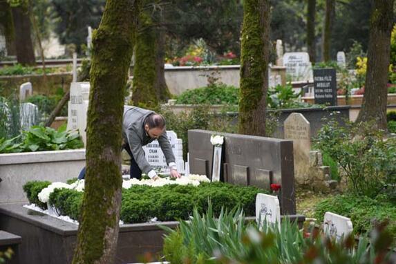 Mina Başaran'ın annesi, babası ve nişanlısı mezarı başına geldi