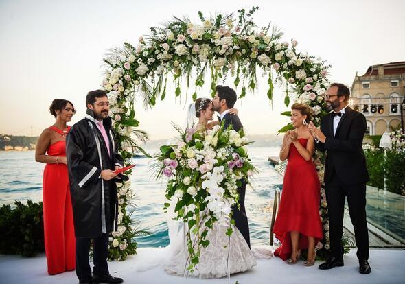 Burak Özçivit ve Fahriye Evcen nikah masasında... İşte ilk kareler