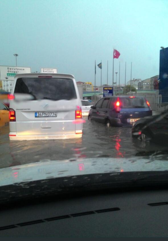 İstanbuldaki şiddetli yağmur sosyal medyayı salladı